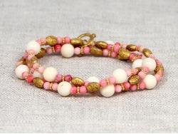 Браслет из белого и розового коралла с вставками золотого цвета от Nur